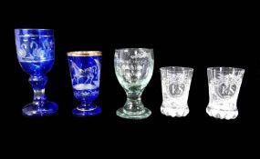 Sammlung von fünf Gläsern Klar- und kobaltblaues Glas, mit aufwendig geschliffenen D