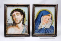 Paar Hinterglas-Darstellungen Hinterglasmalerei. Vor hellblauem Hintergrund die Mater