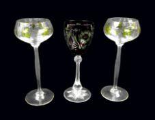Konvolut von drei Weingläsern Das Konvolut besteht aus 3 Weinrömern. 2 Theresienthal