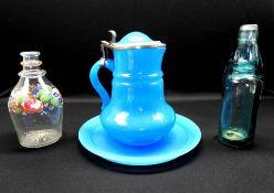 Konvolut von drei Flaschen Das Konvolut besteht aus 1 bauchigen Flasche aus Klarglas,