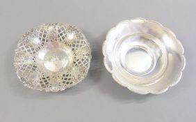 Paar kleine Anbietschalen Silber 800, kleine glattwandige Schale mit gewelltem Rand, a