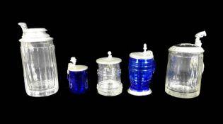 Sammlung von fünf Glaskrügen Klares und kobaltblaues Glas, mit aufwendig gearbeitete