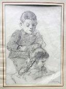 Spielendes Geschwisterpaar Bleistift/Papier. Ein kleiner Junge steht hinter seiner Sch