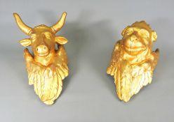 Paar Evangelisten-Symbole Holz geschnitzt, Gold gefasst. Vollplastische Darstellung de