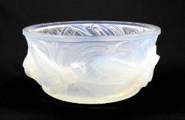 Verlys, Art déco-Schale Opalglas, mattiert im Spiegel signiert. Runde Schale, umlaufe