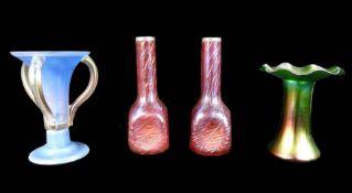 Konvolut von vier Jugendstil-Vasen Das Konvolut besteht aus 4 Vasen. Ein Paar irisiere