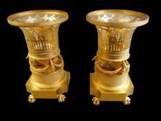 Außergewöhnliches Paar Zierschalen Metall, feuervergoldet, mit Glaseinsatz. Das aufw