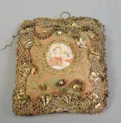 Kleines Breverl Stoff von Drahtarbeit und Kunstperlen verziert. Auf der Schauseite mit