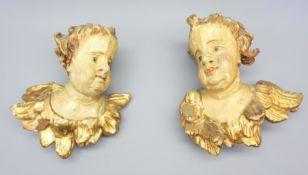 Geflügelte Engelsköpfe Holz geschnitzt, polychrom gefasst und goldstaffiert. Vollpla