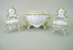 Miniatur Porzellan-Möbelstücke Porzellan. Feine Ausführung von Miniatur-Möbeln bes
