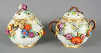 Paar Potpourri-Vasen Porzellan, am Boden mit undeutlicher Schwertermarke versehen. Kug