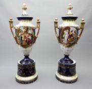Paar imposante Deckelamphore Porzellan, ohne Marke. Kobaltblauer Fond und Goldstaffage