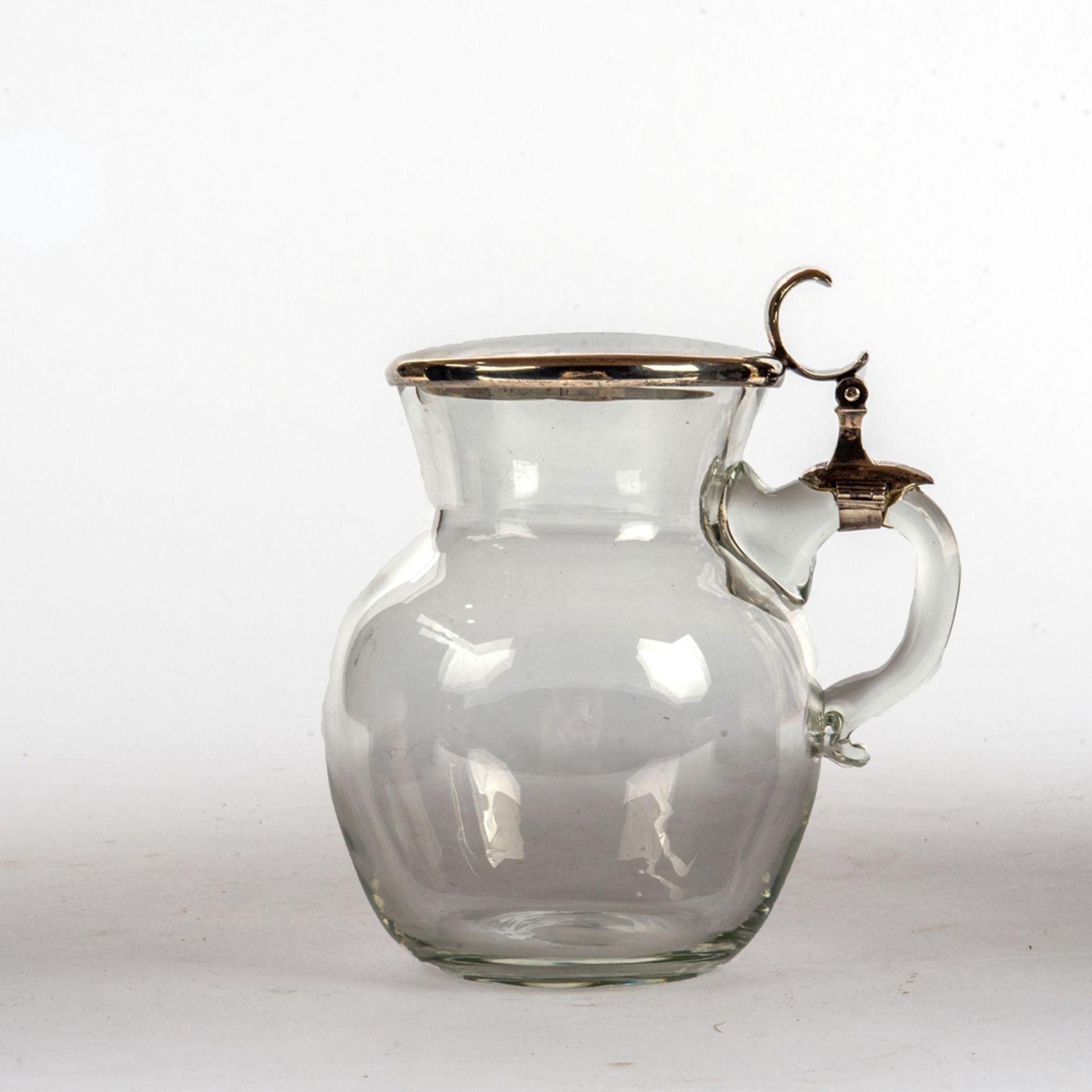 Glaskrug mit Silberdeckel