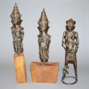 Paar Ogboni-Stäbe der Yoruba, Nigeria und Mutterfigur aus Bronze