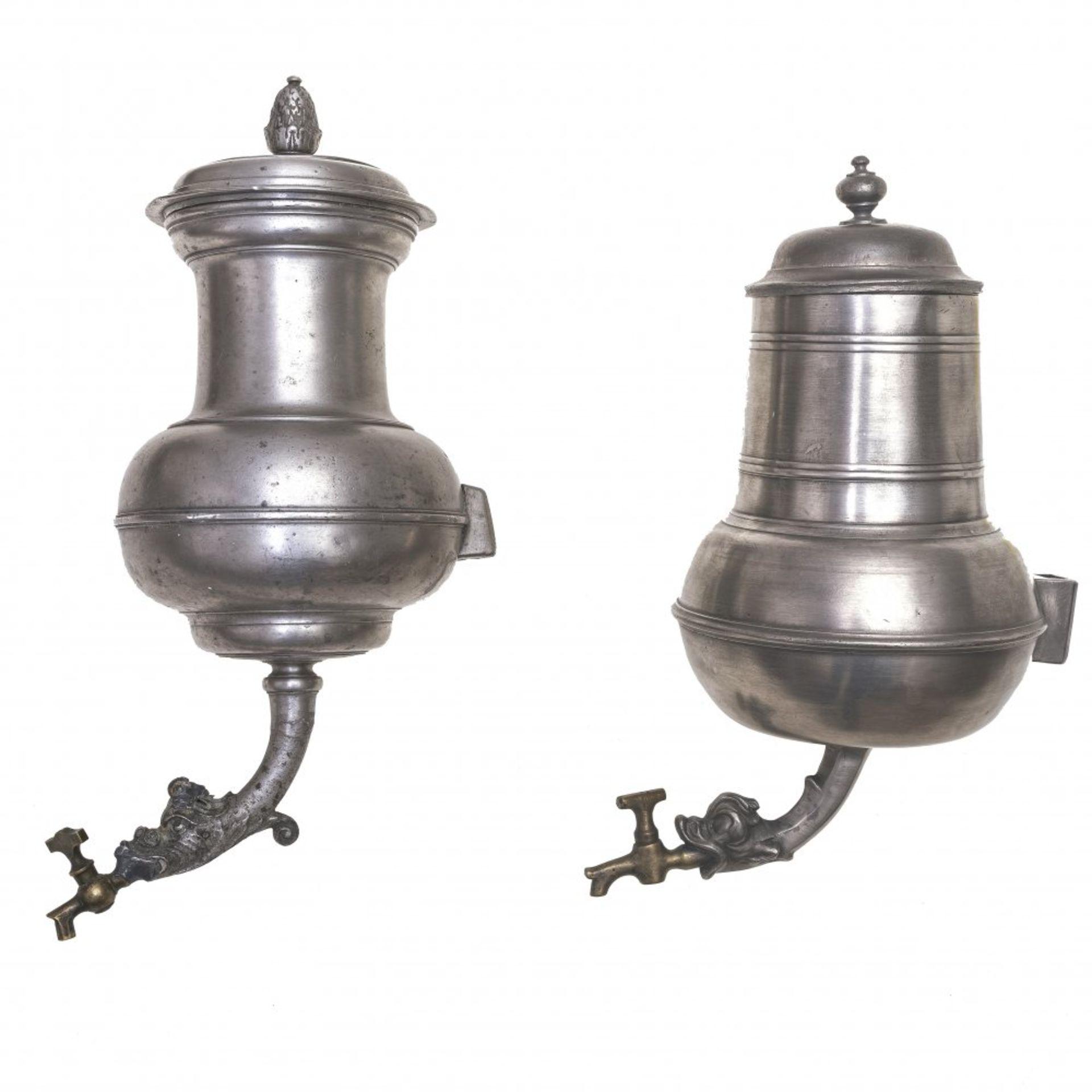Zwei Wandbehälter (Dröppelminna)