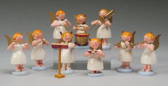 Konvolut Figuren Engel-Kapelle9-tlg. Holz, gedrechselt, bemalt. Auf runder Plinthe 9 musizier