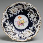PrunkschaleWeiß, glasiert. Geschweifte Form mit kräftigem floralem u. Rocaillen-Reliefdekor
