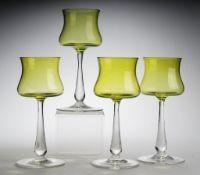 Vier Südwein-GläserFarbloses Glas, part. pistazienfarben unterfangen. Formgeblasen. Scheibe