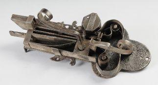 Barockes TürschlossEisen, geschmiedet. Offenes Federschloss. Doppelter Schließmechanismus.