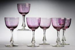 Sechs WeingläserFarbloses Glas, part. violett überfangen. Formgeblasen. Scheibenfuß, facet