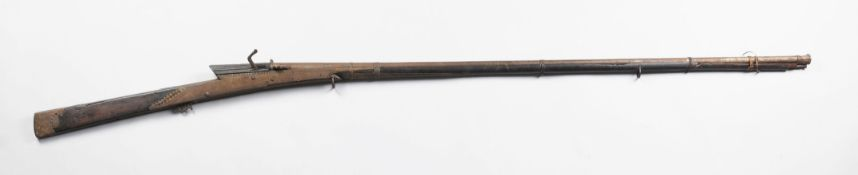 JagdflinteBeschnitzter Nussbaumvollschaft mit ornamentalen Eisenbeschlägen. Perkussionsschlo