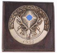 Plakette Deutsche JägerschaftWeißmetall. Dat. 1938. Auf Holzplatte montiert. D. 7,8 cm