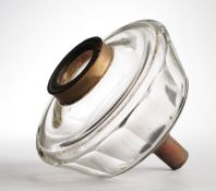Glastank für PetroleumlampeFarbloses Glas. Formgeblasen u. geschliffen. Facettierte Wandung.