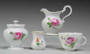 Kleines Konvolut Meissner Porzellan4-tlg. Weiß, glasiert. Kleines Väschen mit Wiesenblumenm