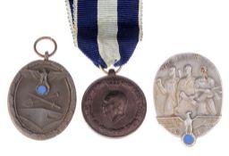 Konvolut Abzeichen3-tlg. Versch. Materialien, Ausführungen u. Größen, dat. 1935 u. 1940-41