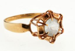 Ring mit Bergkristall585er GG. Flache Ringschiene. Blütenförmiger Ringkopf, in durchbrochen
