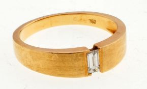 Diamant-Ring750er GG. Kantige, flache, zur Schulter hin verbreiterte Ringschiene. Schaus. ein