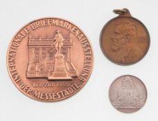 Konvolut Medaillen Leipzig3-tlg. Erinnerungsmedaille. Bronze, patiniert. Internationale Brief