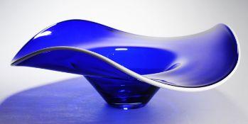 Große SchaleKobaltblaues Glas. Formgeblasen u. frei geformt, ausgekugelter Abriss. Gemuldete
