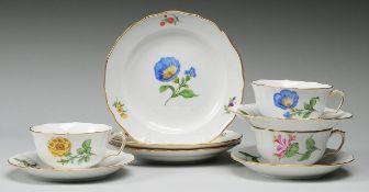 """Drei Teegedecke """"Bunte Blume""""Weiß, glasiert. Form """"Neuer Ausschnitt"""". Polychrome Bemalung mi"""