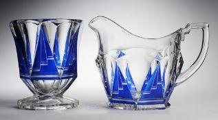 Zwei Art-Déco-GefäßeFarbloses Pressglas, part. kobaltblau überfangen. Fußvase u. Kanne m