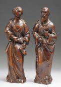Paar HeiligenfigurenEiche, geschnitzt u. gebeizt. Halbplastisch ausgeführte Figur einer weib