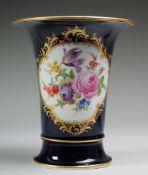 Trompetenvase mit BlumenmalereiWeiß, glasiert. Über ausgestelltem Fuß konischer Korpus mit