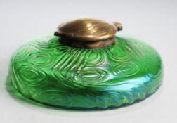 Jugendstil-TintenfassGrünes Glas, irisiert. Formgeblasen. Gedrückter bauchiger Korpus, reli