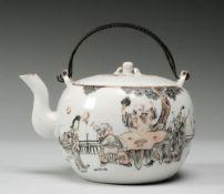 Teekännchen mit figürlichen SzenenPorzellan. Kugeliger Korpus mit geschweifter Tülle. Eing