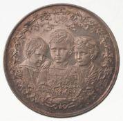 Medaille Preußen, Wilhelm II.Silber, patiniert. Die kaiserliche Familie. Zwei Engel halten P