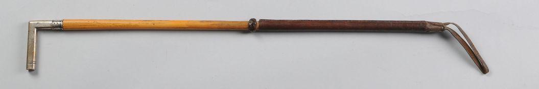 Reitpeitsche mit SilbermontierungKantiger Silbergriff, Bambusschuss, Leder-Zwinge. Silbermont