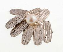 Fahrner-Brosche925er Silber. Unregelmäßige Blütenform, strukturierte Oberflächen. Mittig