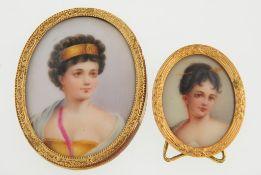 Zwei MiniaturbilderOvale, l. gewölbte Porzellanmedaillons, polychrom bemalt. Porträt d. Mad