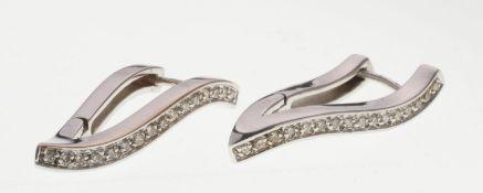 Paar Brillant-Ohrhänger585er WG. Scharnierte geschweifte V-Form. Schaus. besetzt mit jew. 16
