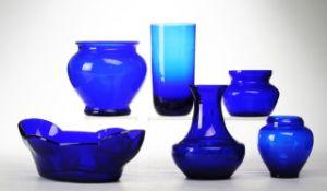 Konvolut blaues Glas6-tlg. 5 Vasen u. Schale. Kobaltblaues Glas. Formgeblasen. Versch. Formen