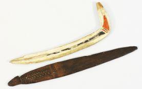 Schwirrholz und HakenHolz, beschnitzt, Reste farbiger Fassung u. weißer Füllung. An einem E