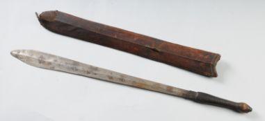 Schwert mit ScheideEisenklinge mit mittig verlaufendem Grat. Griff mit Leder umwickelt. Mit H