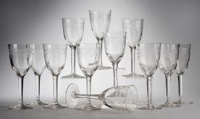 Zwölf Jugendstil-WeingläserFarbloses Glas. Formgeblasen. Auf gestreckter Kuppa umlaufender