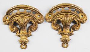 Paar MöbelbeschlägeBronze, goldfarben gefasst. Zwei Appliken mit kräftigem Reliefdekor im