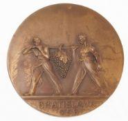 """Medaille """"Bratislava""""Bronze, patiniert. Runde Tafel. Avers Blick auf das Alte Rathaus von Bra"""